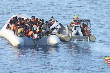 Italia: Marina salva del mar a decenas de inmigrantes