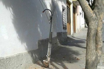 Por descuido se desprende un cable