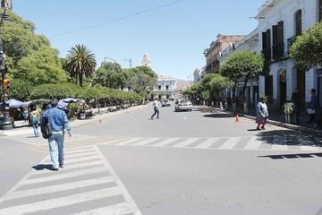 Buscan habilitar parqueos en calles cerca de la plaza