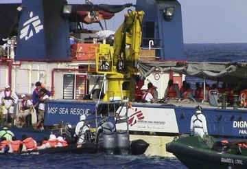 Ocho inmigrantes muertos y 633 rescatados cuando intentaban llegar a Italia