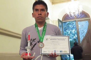 Adhemar se cuelga medalla en olimpiada de astronomía