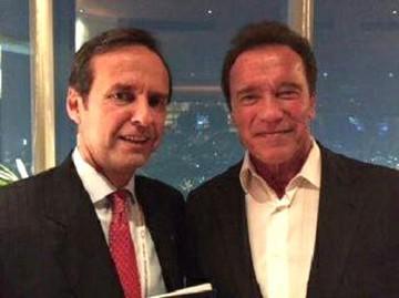 """""""Tuto"""" entregó el Libro del Mar a Arnold Schwarzenegger"""