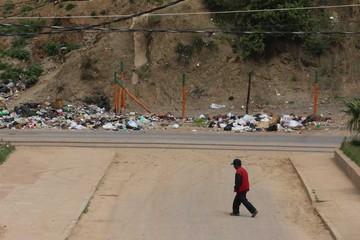 Tiran basura en plena avenida Circunvalación