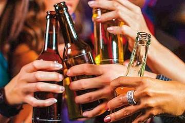 Consumo de alcohol en niñas y mujeres jóvenes aumenta, pero aún es menor que entre varones