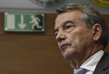 Titular de Federación alemana dimite por sospechas de 2006