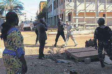 Asalto a un hotel en Mali deja decenas de muertos