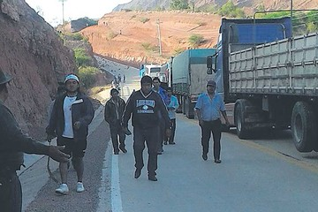 Choferes de Camargo bloquean carretera por conflicto sectorial