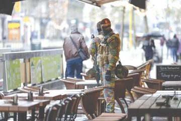 Bélgica rebaja alerta pero sigue caza de sospechosos