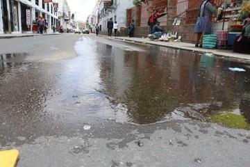 Piden dar solución a fuga de agua en calle Arenales