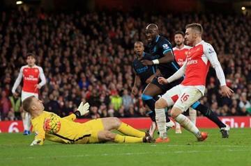 Arsenal se coloca a dos unidades del puntero Leicester