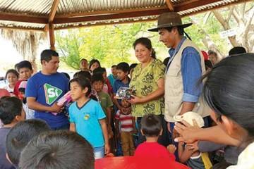 El MAS hace campaña con entrega de juguetes a niños