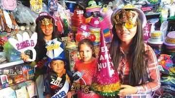 La gente se alista para recibir 2016 en medio de tradiciones