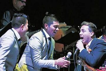 Cristian Castro cantó a dúo con el grupo 5 en Bolivia