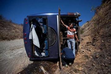 Bus de Huracán sufre vuelco