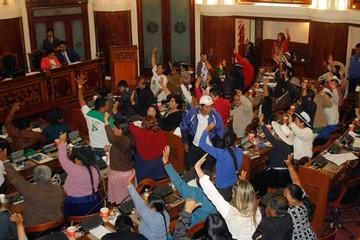 Gobierno pide investigar a Zapata;  comisión legislativa se da 90 días