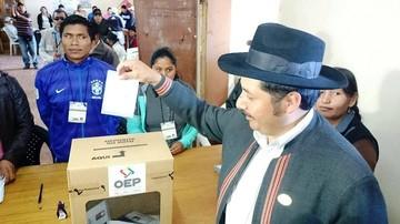 Urquizu emite su voto y dice que estará atento a resultados de provincias