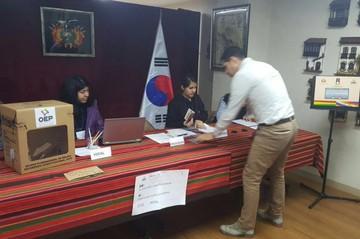 Mientras cierran mesas en Asia se abren los recintos electorales en Bolivia