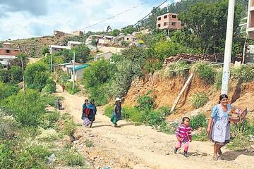 Vecinos de cinco barrios viven aislados del centro