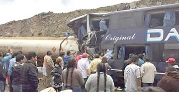Seis personas fallecen en choque de bus y cisterna