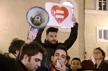 Senado italiano aprueba las uniones homosexuales