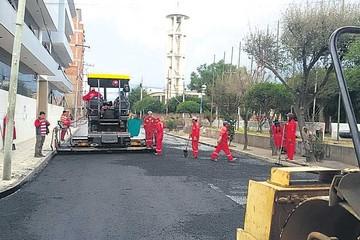 Vuelven a ejecutar obras con pavimento asfáltico