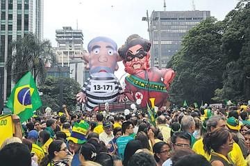 Miles de brasileños piden la renuncia de Rousseff