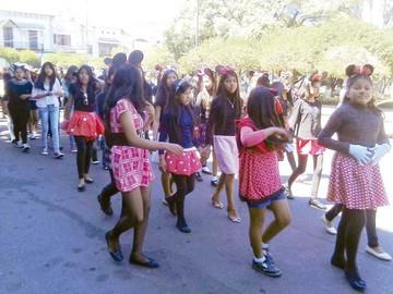 Liceo Quiroga celebra con farándula