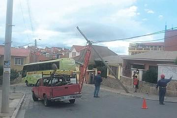 Bus se engancha con cables y deja a vecinos sin energía eléctrica
