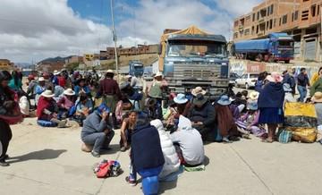 Gremiales bloquean los accesos a Sucre y generan molestia en viajeros y población
