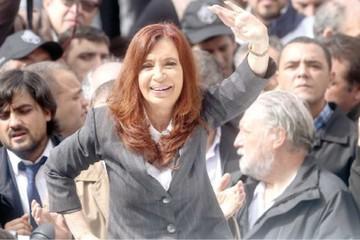 Cristina declara ante juez apoyada por su militancia