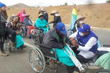 Discapacitados  hacen un alto para recobrar fuerzas