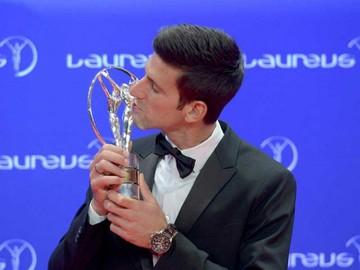 Djokovic y Serena  ganaron premios que honraron a Cruyff