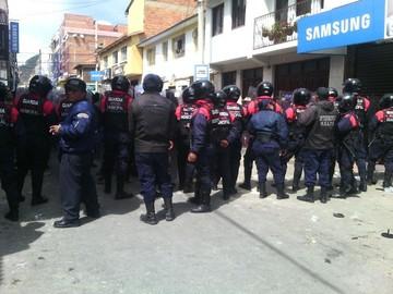 Sucre: Enfrentamiento entre comerciantes y fuerzas del orden deja dos heridos