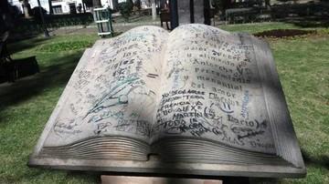 Monumento al libro sufre el paso del tiempo