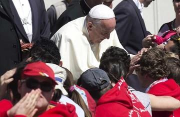 """El Papa pide a los jóvenes evitar amor de """"telenovela"""""""