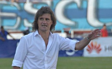 Rubén Insúa dejará de ser el DT de la academia paceña