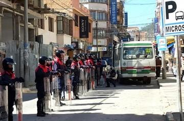 Intendencia vuelve a despejar la calle Ostria Reyes pese a oposición de vendedores