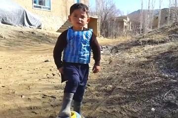 Niño afgano famoso con camiseta de Messi pide asilo en Pakistán por amenazas