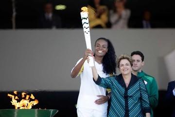 Brasil recibe  el fuego olímpico en medio de crisis
