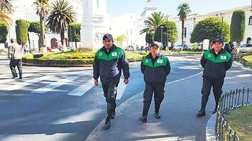 Guardias salen a las calles para orientar a los turistas
