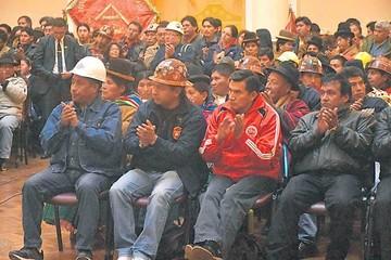Privados y COB critican decreto del alza salarial