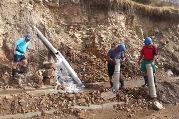 Malentretenidos serrucharon una cañería de agua en la avenida Juana Azurduy