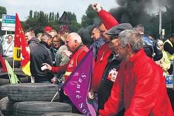Francia: Paralizan y bloquean refinerías