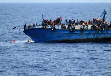 Una barcaza con un centenar de inmigrantes naufraga en el Canal de Sicilia