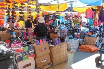 Comerciantes viajeros venden ropa de invierno