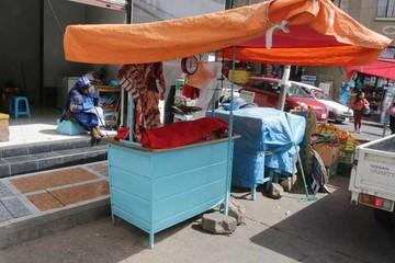 Alquilan tiendas, pero venden en la calle