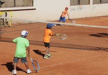Niños preparan raquetas