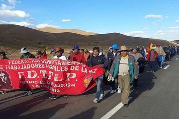 Fabriles marchan a La Paz por Enatex