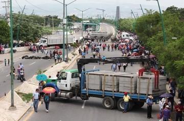 Maestros aseguran que choque con policías en sur de México dejó ocho muertos