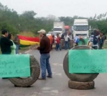 Trabajadores del Mutún bloquean exigiendo pagos